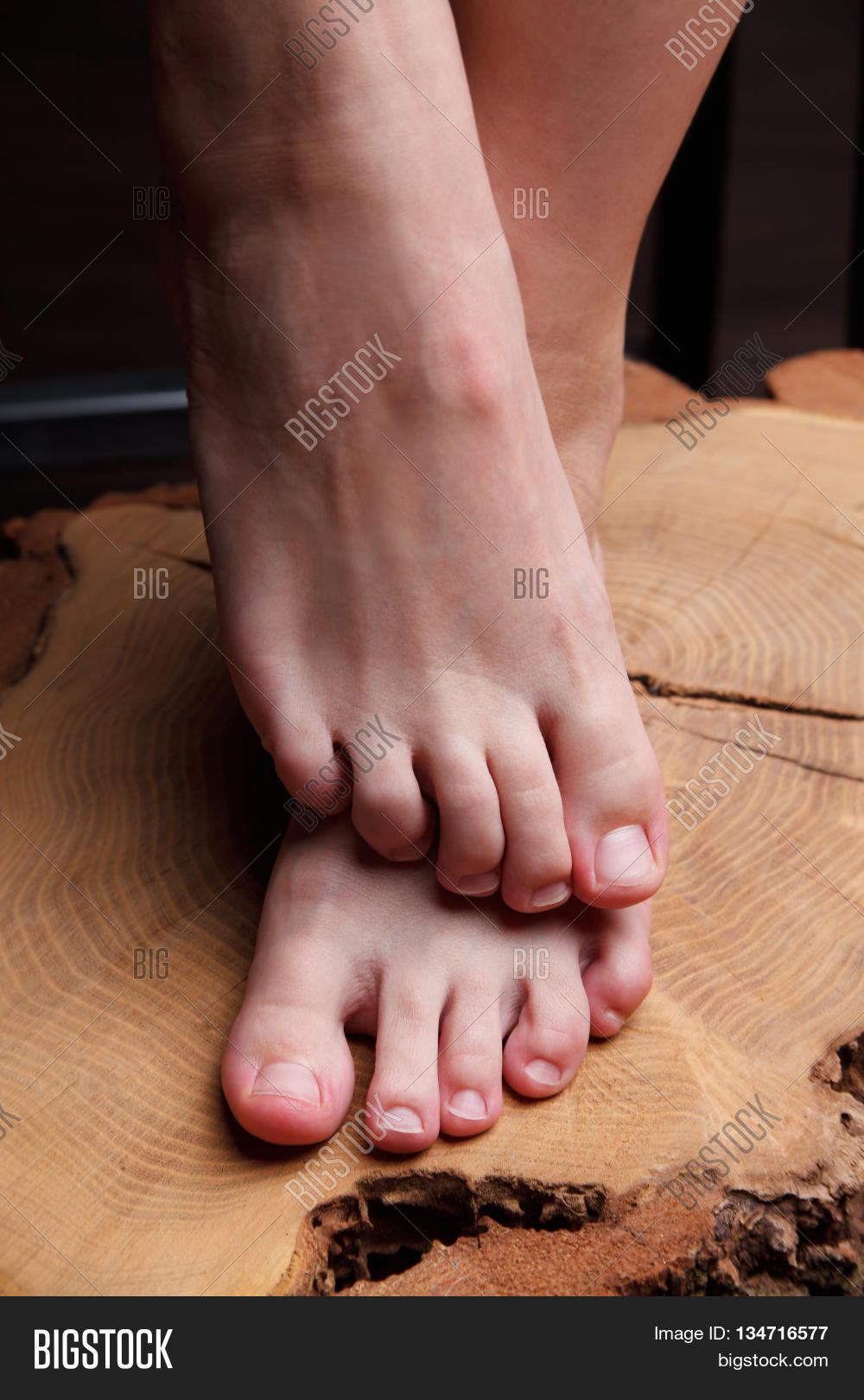 her toes feet
