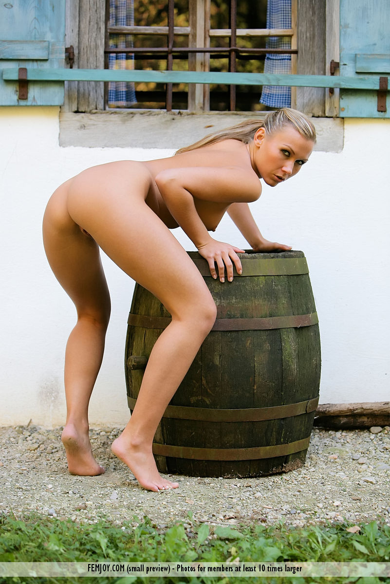 photos girl backdoor naked